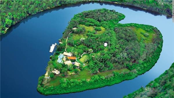 Ngắm hình dạng trái tim của đảo Makepeace từ trên cao... (Ảnh: Internet)