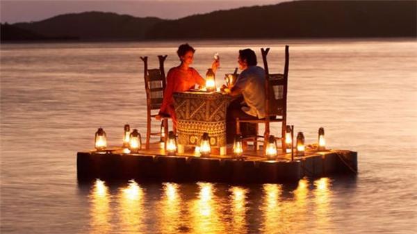 ... hay ăn tối giữa bốn bề sông nước, đảm bảo không bị ai quấy rầy. (Ảnh: Internet)