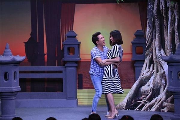 """Trước đó, ở tình huống thứ 2 của tập thi thứ ba Ơn giời, cậu đây rồi, Vân Trang và Trường Giang vào vai một đôi tình nhân đang hẹn hò tại công viên. Còn Chí Tài và Vỹ Dạ đóng vai hồn ma , liên tục ra tay chọc phá Vân Trang khiến cô nhiều lúc """"hóa điên"""". Đến cao trào, Vân Trang đã dùng hết sức bình sinh để ôm cổ, bám, bấu chặt và dùng hai chân quặp lấy Trường Giang. """"Mười Khó"""" cũng có nhiều hành động thân mật, ôm, hôn Vân Trang khiến MC Xuân Bắc phải ghen tị. - Tin sao Viet - Tin tuc sao Viet - Scandal sao Viet - Tin tuc cua Sao - Tin cua Sao"""