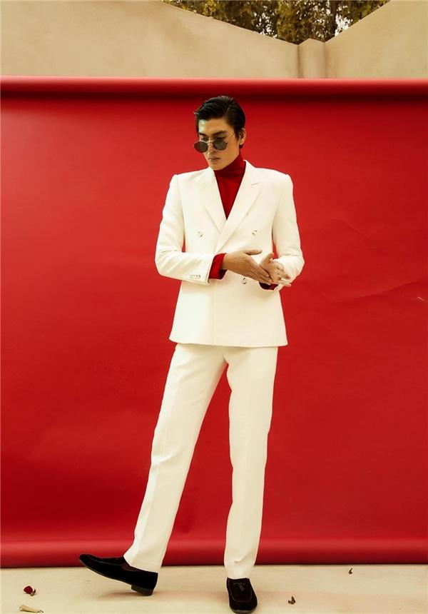 Với những chàng trai yêu thích vẻ ngoài lịch lãm, chỉn chu, vest trắng phối cùng áo phông đỏ của Quang Đại sẽ là một lựa chọn tuyệt vời. Hai tông màu này sẽ giúp các chàng trai trở nên nổi bật, thu hút hơn hẳn. Đặc biệt, trong những ngày đầu năm và nhân dịp lễ Tình nhân, sắc đỏ sẽ tạo nên hiệu ứng lan tỏa mạnh mẽ nhất.