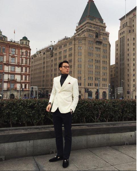 Cả cây đen đơn giản của Rocker Nguyễn trở nên nổi bật nhờ chiếc vest trắng tương phản mạnh. Chàng trai này cũng vô cùng yêu thích phong cách lịch lãm, chỉn chu.