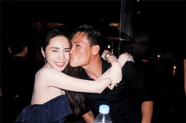 Cặp đôi ghi lại những khoảnh khắc hạnh phúc bên nhau bằng nụ hôn ngọt ngào. - Tin sao Viet - Tin tuc sao Viet - Scandal sao Viet - Tin tuc cua Sao - Tin cua Sao