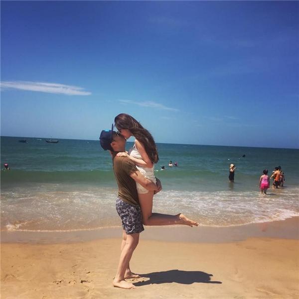 Lê Hiếu và bạn gái sinh năm 1995 Thùy Linh có nụ hôn vô cùng lãng mạn trên bãi biển Phan Thiết. - Tin sao Viet - Tin tuc sao Viet - Scandal sao Viet - Tin tuc cua Sao - Tin cua Sao