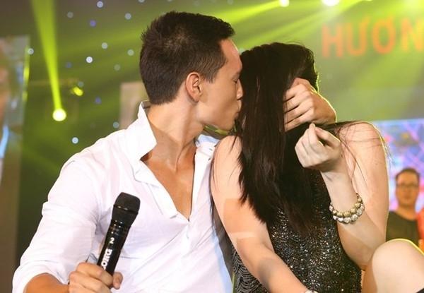 """Kim Lý hôn Trương Ngọc Ánh tới """"thất điên bát đảo"""" tại một bữa tiệc. - Tin sao Viet - Tin tuc sao Viet - Scandal sao Viet - Tin tuc cua Sao - Tin cua Sao"""