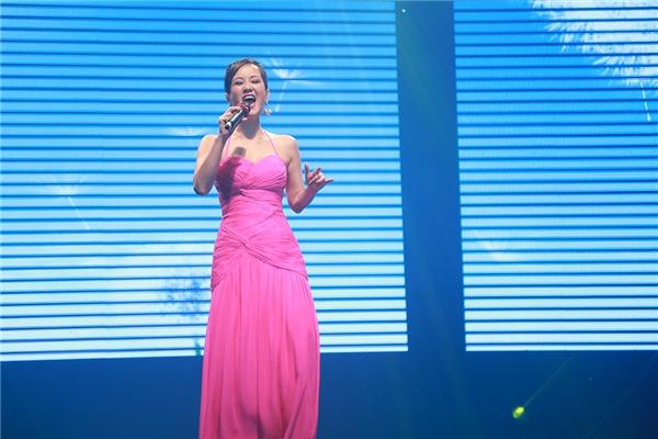 Trong khi đó Hồng Nhung lại đầy quyến rũ và ngập tràn sức sống với bộ váy hồng rực rỡ. - Tin sao Viet - Tin tuc sao Viet - Scandal sao Viet - Tin tuc cua Sao - Tin cua Sao