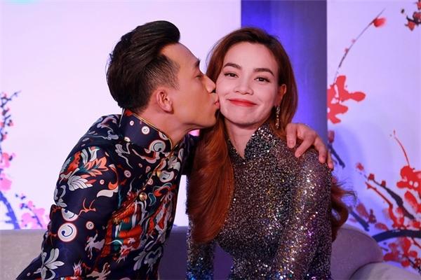 """Vào một ngày đầu năm 2016, Trấn Thành đã khiến người hâm mộ """"phát cuồng"""" với nụ hôn lên má Hồ Ngọc Hà trong chương trình Gala nhạc Việt mùa Tết. - Tin sao Viet - Tin tuc sao Viet - Scandal sao Viet - Tin tuc cua Sao - Tin cua Sao"""