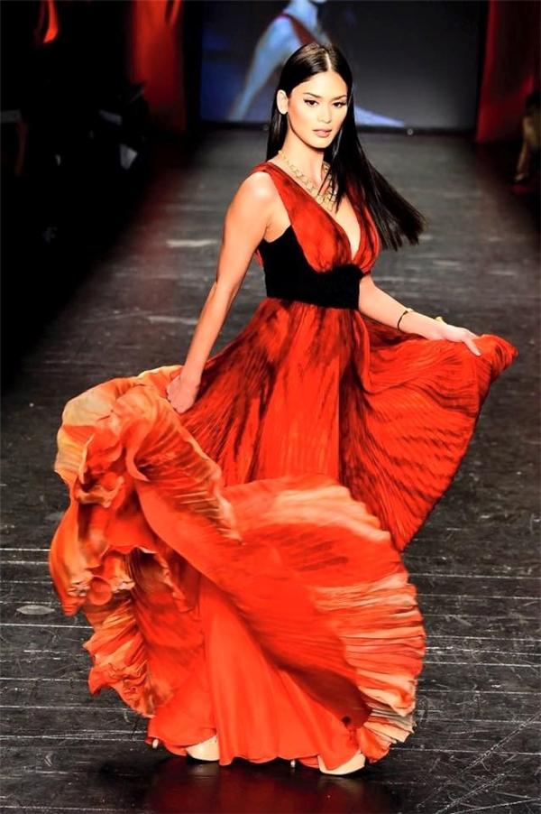 Buổi trình diễn mà Pia tham gia thuộc khuôn khổ sự kiện thời trang mang tên Go Red For Women nhằm kêu gọi ủng hộ những người phụ nữ bị bệnh tim trên toàn nước Mỹ.