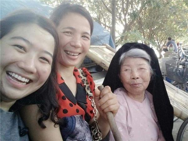 CôDuyên(áo đỏ) vui vẻ bên mẹ chồng khi đi lễ chùa Hương.(Ảnh: Internet)