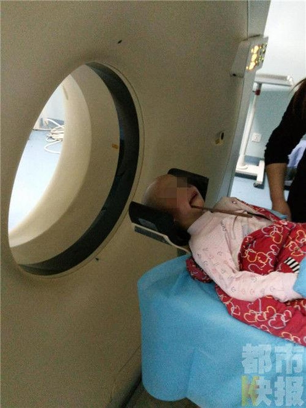 Bé gái được đem đi kiểm tra trong tình trạng nguy kịch.