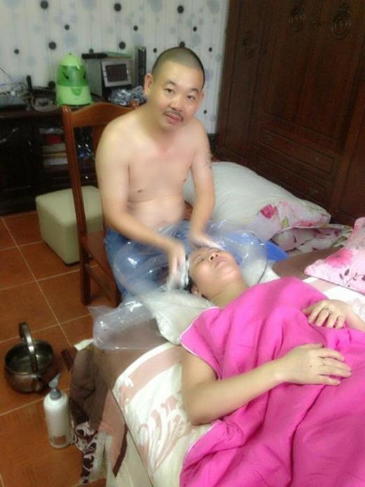 Anh còn vui vẻ gội đầu giúp vợ khi chị bị mệt. (Ảnh: Internet)