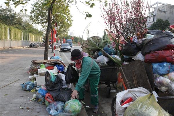 Lao công oằn lưng dọn rác sau Tết
