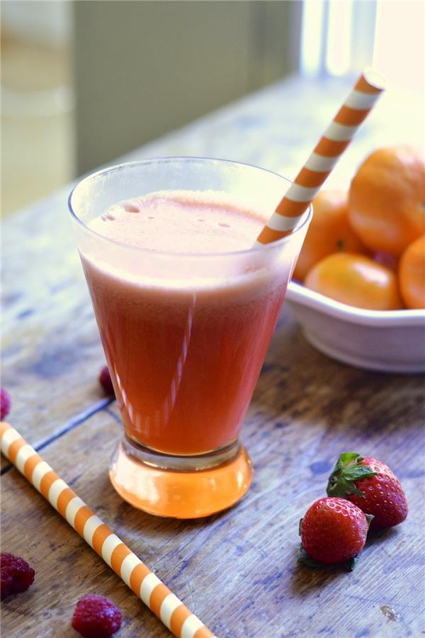 Cam và dâu chứa nhiều vitamin C. (Ảnh: Internet)