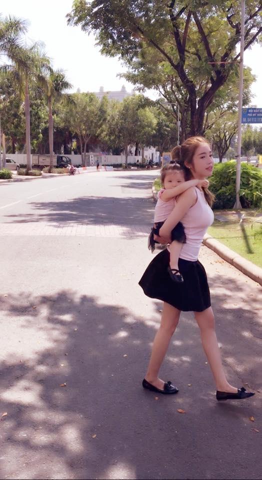 """Nhóc tì đáng yêu nhất showbiz Việt đang """"phê"""" trên lưng mẹ. - Tin sao Viet - Tin tuc sao Viet - Scandal sao Viet - Tin tuc cua Sao - Tin cua Sao"""