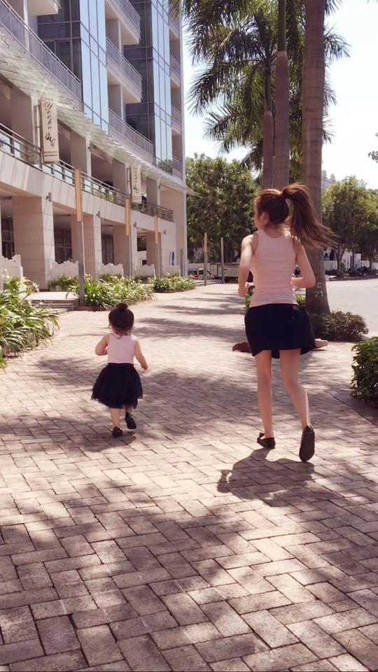 """""""Một! Hai! Ba! Mẹ con ta cùng chạy nào, thi xem ai về đích trước nhé"""". - Tin sao Viet - Tin tuc sao Viet - Scandal sao Viet - Tin tuc cua Sao - Tin cua Sao"""