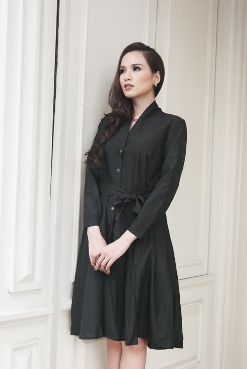 Chi tiết thắt nơ kinh điển được ứng dụng như một nét đặc trưng của phong cách thời trang Nhật Bản. Phom váy xòe rộng trẻ trung trở nên gợi cảm hơn khi Diễm Hương phô diễn được vòng eo nhỏ nhắn đáng mơ ước.