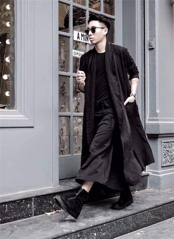 Hoàng Ku cá tính với cả cây đen phối nhiều lớp trang phục.