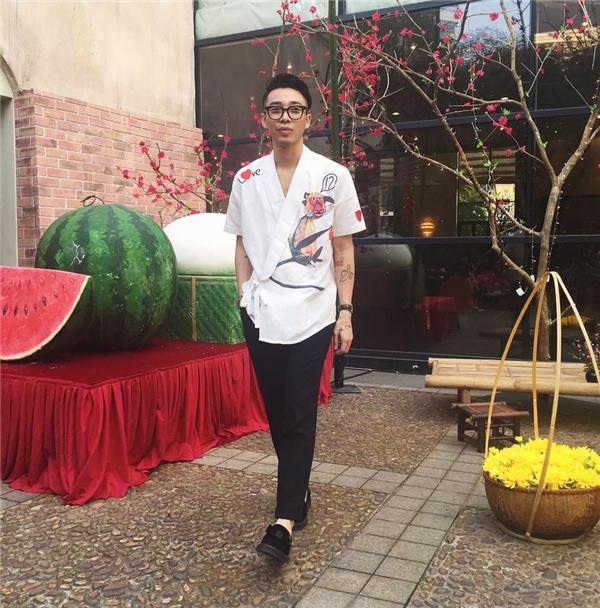 Trong khi đó, chiếc áo tông trắng với những họa tiết tươi vui, bắt mắt lại giúp chàng stylist Hà thành trông trẻ trung, thanh lịch hơn.