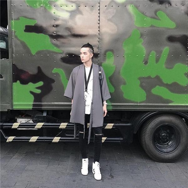 Những trang phục mang hơi thở Nhật Bản luôn giúp Kelbin Lei bắt mắt với phong cách unisex.