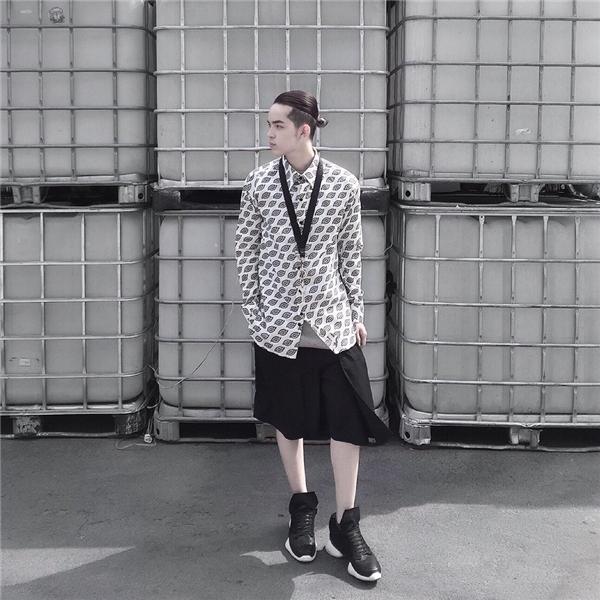 Hai tông màu trắng, đen kinh điển luôn là lựa chọn hàng đầu của Kelbin Lei.