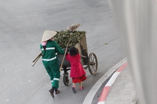 Hình ảnh cô bé 5 tuổi gồng mình đẩy xe rác giúp mẹ khiến những aichứng kiến phải lặng người. (Ảnh: Internet)