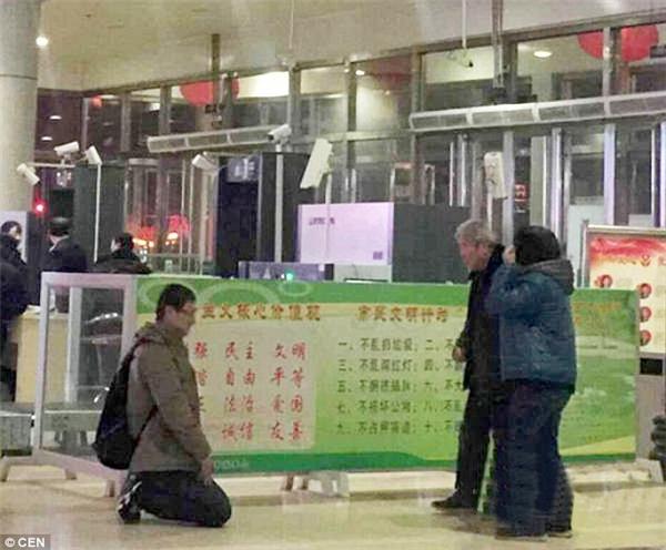 Người con bỗng quỳ xuống trước sân chờ nhà ga... (Ảnh: CEN)