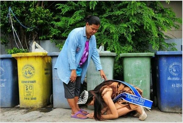 Hoa hậu Thái Lan quỳ lạy mẹ sau khi đăng quang. (Ảnh: Internet)