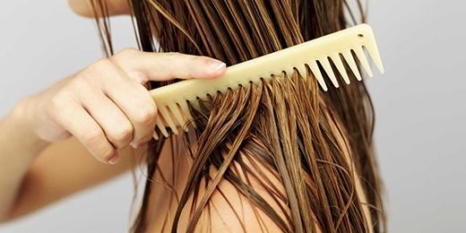 Nên hạn chế chải đầu khi tóc ướtdù là bạn đã dùng lược răng thưa. (Ảnh: Internet)