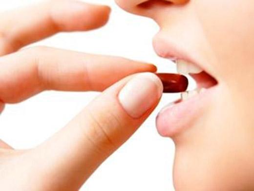 Hãy thử kiểm lại các loại thuốc bạn đang dùng xem có thể nào chúng đang gây rụng tóc không. (Ảnh: Internet)