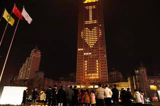 Rất đông người hiếu kìtụ tập lại chứng kiến lời tỏ tình bằng đèn LED. (Ảnh: Internet)