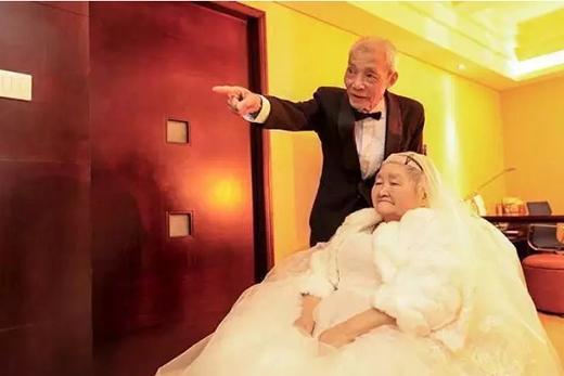 Cảm động cụ ông 84 tuổi bao trọn cao ốc đèn LED tỏ tình với cụ bà