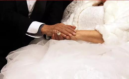 Cụ ông 84 tuổi mặc bộ vest chú rể rất trang trọng, còn cụ bà 83 tuổi lần đầu trong đời được diện bộ váy cưới trắng tinh lộng lẫy. (Ảnh: Internet)