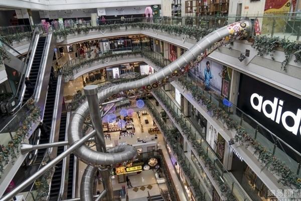 """Những ngườiđến khu mua sắm đều vô cùnghiếu kì vềchiếc mángtrượtkhổng lồ vàrất nhiềungười cũngđã nhanh taylấyđiện thoại chụp lại hình ảnh chiếc máng trượt""""độc nhất vô nhị"""" này để chia sẻ với mọi người. (Nguồn: Internet)"""