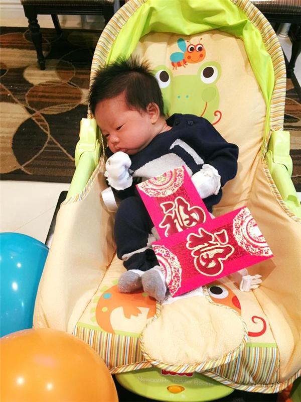 Cậu bé đã cứng cáp hơn nhiều so với lúc mới sinh dù chỉ vừa tròn một tháng chào đời. - Tin sao Viet - Tin tuc sao Viet - Scandal sao Viet - Tin tuc cua Sao - Tin cua Sao