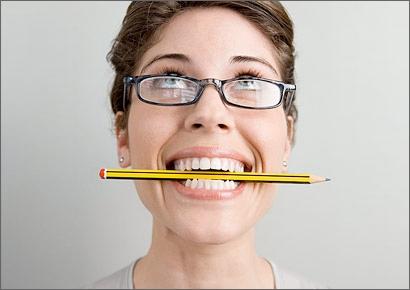 Những cơn co thắt cũng sẽ ảnh hưởng đến các cơ hàm và có thể là dấu hiệu của chứng rối loạn chức năng khớp thái dương (TMJ), thường gây ra do việc cắn chặt hàm hoặc nghiến răng trong lúc ngủ.(Ảnh: Internet)