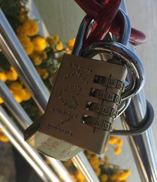 Cây cầu 50 tỉ giăng đầy khóa tình yêu sau ngày Valentine