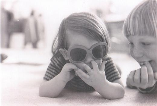 Trẻ em ít khi chú ý đến vệ sinh tay của chúng trong lúc mải chơi đùa nên có thể đưa tay bẩn lên ngoáy mũi bất cứ lúc nào. (Ảnh: Internet)