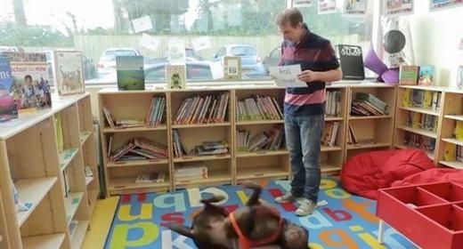"""Ngạc nhiên trước chú chó """"thầy giáo"""" dạy học sinh tiểu học đọc chữ"""