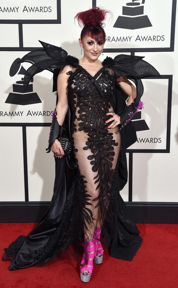 Bộ váy đen của Jacqueline Van Bierk như mang cô đến với vũ hội hóa trang ấn tượng. Chưa tính đến phom váy, cách kết hợp chất liệu của thiết kế này đã thực sự mất điểm ngay từ cái nhìn đầu tiên. Đặc biệt, đôi giày cao lêu khêu màu hồng neon hoàn toàn không ăn nhập với trang phục.