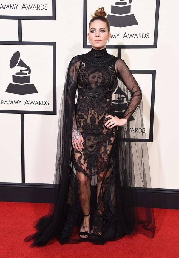 Nếu ai đó mua đi phần vải thừa trên bộ váy của Skylar Grey thì tổng thể trông sẽ ổn hơn rất nhiều.
