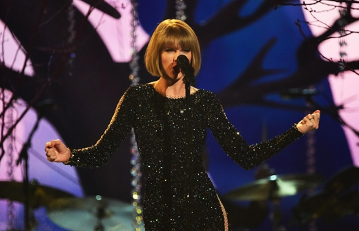 Taylor Swift trình diễn ca khúc Out of the Woods. (Ảnh: Getty Images)