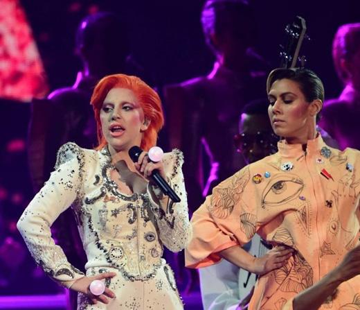 Lady Gaga với màn trình diễn tưởng nhớDavid Bowie.(Ảnh: Getty Images)