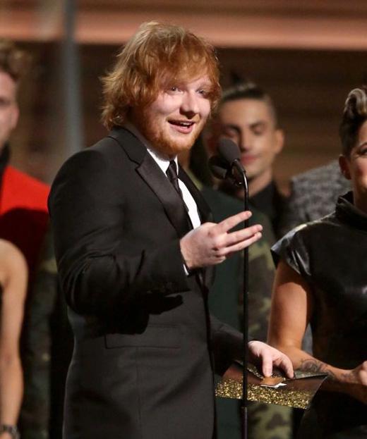 Ed Sheeranlên nhận giảiCa khúc của năm choThinking Out Loud.(Ảnh: Getty Images)