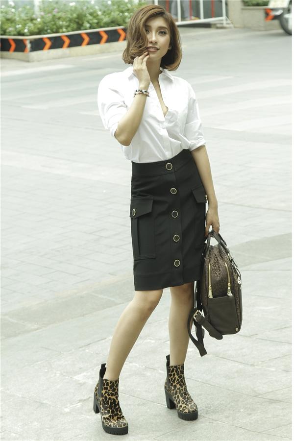 """Trong loạt ảnh mới nhất, Tiêu Châu Như Quỳnh khoe khéo gu thời trangtinh tế nhưng vẫn toát lên được """"chất"""" riêng."""