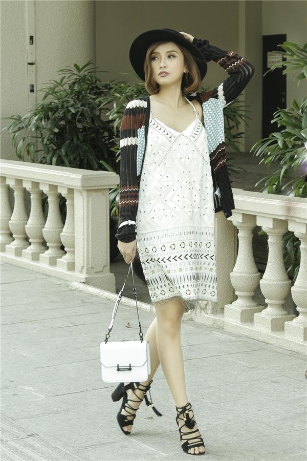 Tiêu Châu Như Quỳnh khoe phong cách thời trangđơn giản với đầm ngắn họa tiết trẻ trung hay mốt váy ngủ đang thịnh hành hiện nay.