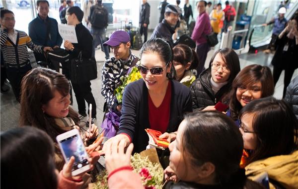 Thu Phương tỏ ra áy náy khi các fan vượt hàng trăm cây số tới sân bay đón mình. - Tin sao Viet - Tin tuc sao Viet - Scandal sao Viet - Tin tuc cua Sao - Tin cua Sao