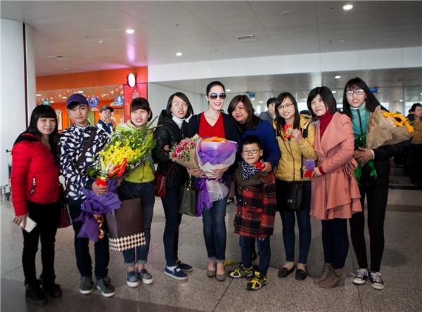 Fan sung sướng vì được Thu Phương lì xì ngay tại sân bay - Tin sao Viet - Tin tuc sao Viet - Scandal sao Viet - Tin tuc cua Sao - Tin cua Sao