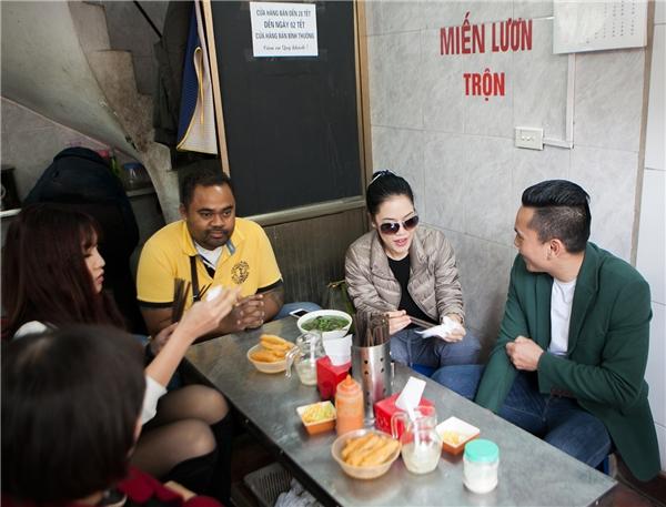 Thu Phương cùng chồng và nhạc sĩ Tú Dưa thưởng thức những món ăn đặc sản Hà Nội. - Tin sao Viet - Tin tuc sao Viet - Scandal sao Viet - Tin tuc cua Sao - Tin cua Sao