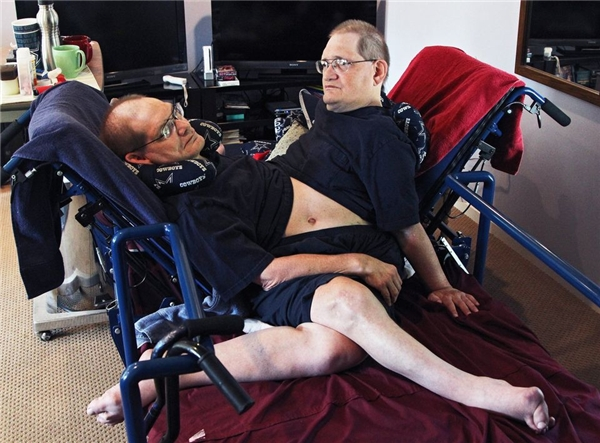 Ronnie và Donnie đã cùng nhau vượt qua những khó khăn trong cuộc sống. (Ảnh: Internet)