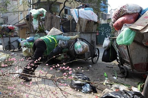 """Các cô chú công nhân vệ sinh chỉ được nghỉ đúng mùng 1 Tết, sau đó là phải ra sức dọn dẹp rácđể """"tân trang"""" đường phố. (Ảnh: Dân Việt)"""