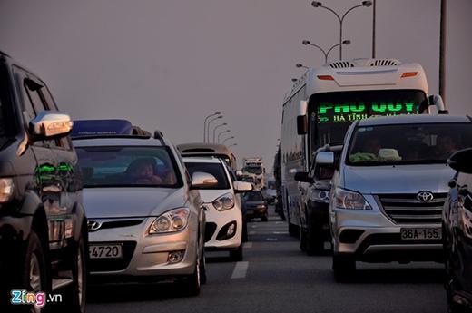Đây là hình ảnh được ghi nhận tại Hà Nội, giao thông ùn ứ suốt hơn 10km từ chiều đến tối mịt. (Ảnh: Zing)